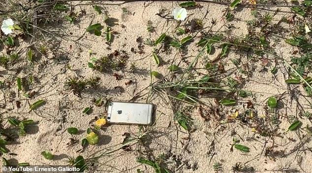 Video: Làm rơi điện thoại iPhone trên máy bay và điều bất ngờ sau đó - Ảnh 3.