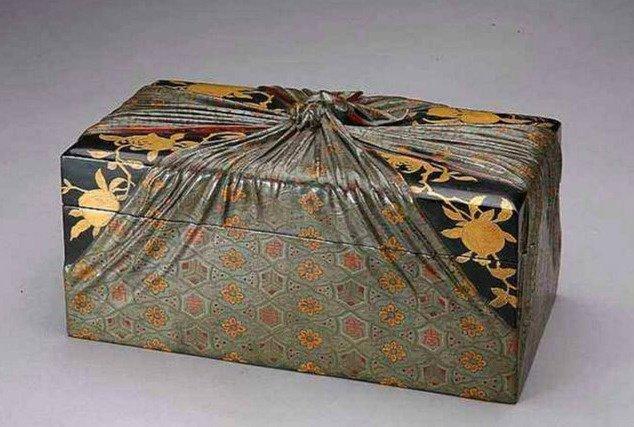 Ông lão nhặt được tấm vải vụn ngoài Tử Cấm Thành, bán được 20 NDT - Giá trị thật của nó là 400 triệu NDT - Ảnh 3.