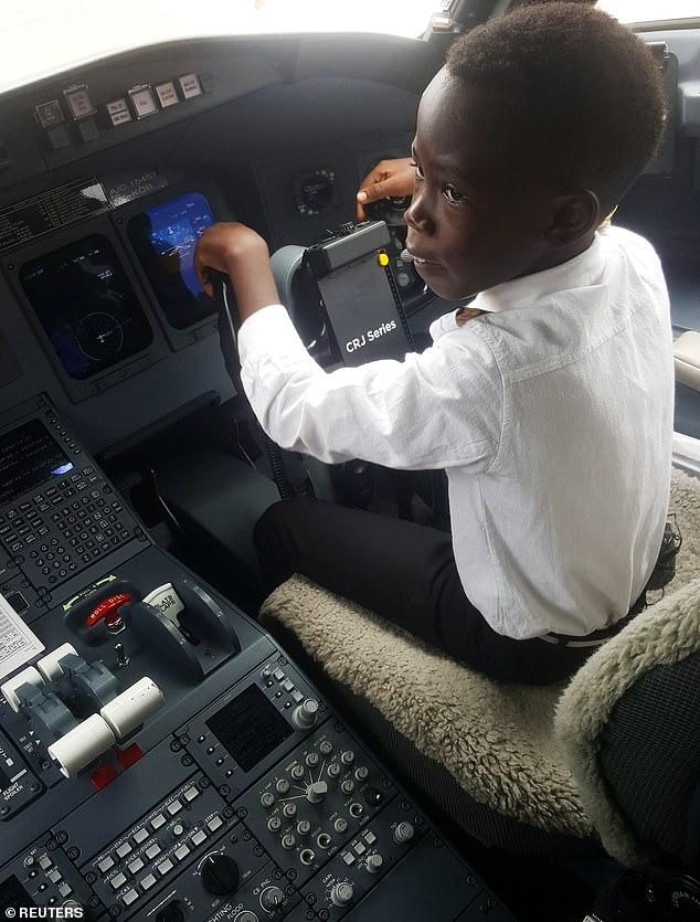 Cậu bé 7 tuổi nổi tiếng nhờ tài lái máy bay - Ảnh 1.