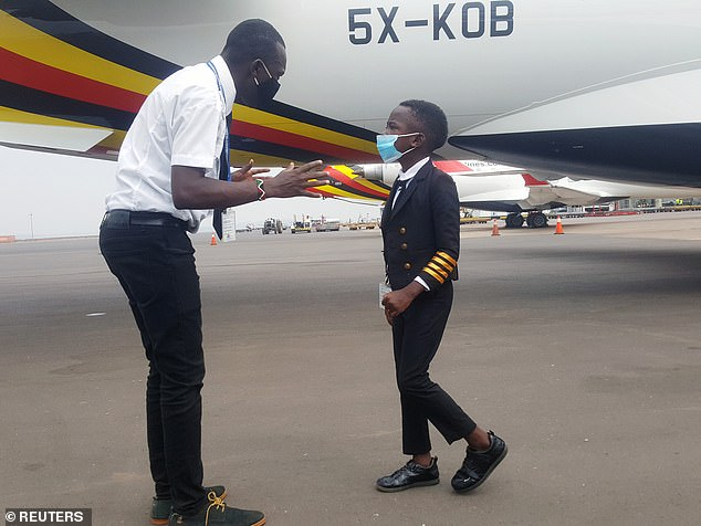 Cậu bé 7 tuổi nổi tiếng nhờ tài lái máy bay - Ảnh 2.
