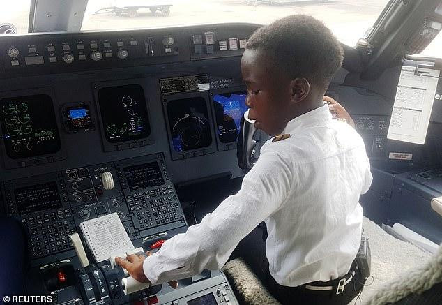 Cậu bé 7 tuổi nổi tiếng nhờ tài lái máy bay - Ảnh 3.