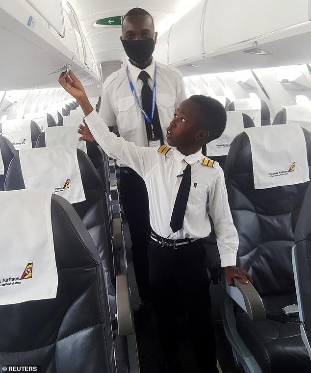 Cậu bé 7 tuổi nổi tiếng nhờ tài lái máy bay - Ảnh 4.