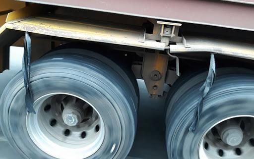 Lý do bó chun được treo ở gần lốp xe tải là gì, câu trả lời ít ai ngờ đến! - Ảnh 1.