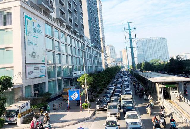 Cận cảnh cao ốc nhấn chìm con đường BT Hà Nội - Ảnh 2.