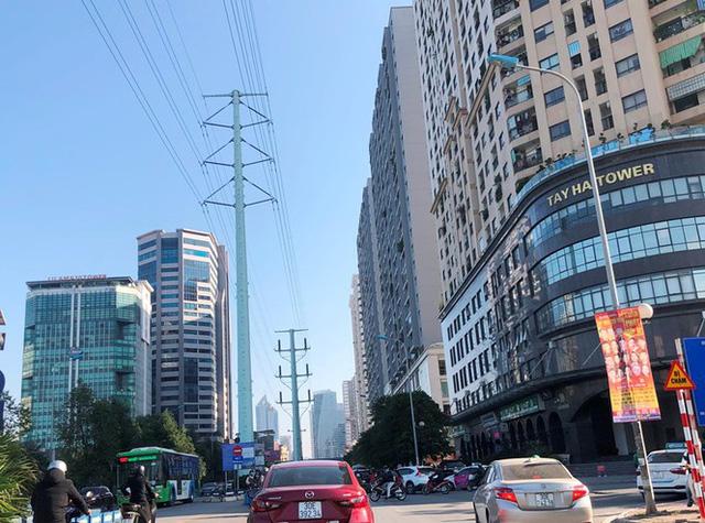 Cận cảnh cao ốc nhấn chìm con đường BT Hà Nội - Ảnh 3.