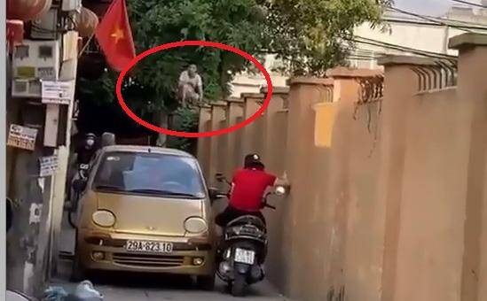 """Xe máy và ô tô quyết không nhường đường, bao phương tiện dừng chờ, người dân leo lên tường để """"hóng"""""""