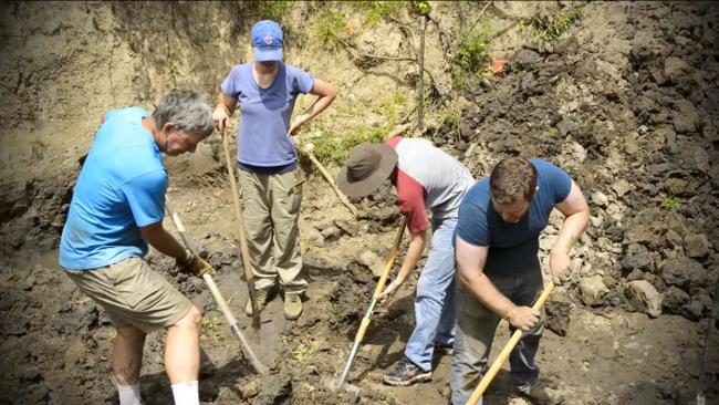 Đang thu hoạch quả chín trong vườn thì thấy hòn đá kỳ lạ, cả gia đình đào lên mới tá hỏa phát hiện ra thứ ẩn giấu bên dưới - Ảnh 2.