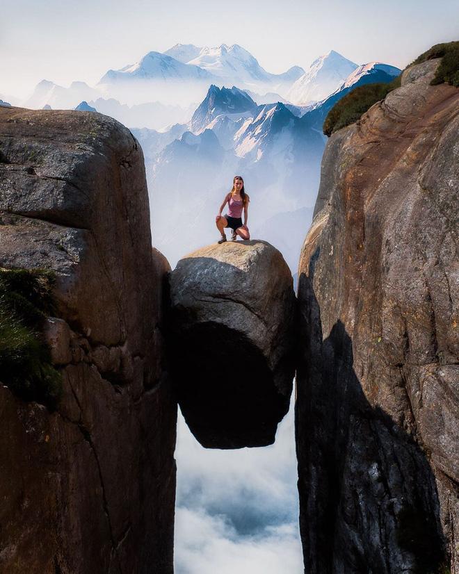 """Nữ du khách """"đánh cược tính mạng"""" sống ảo ở mỏm đá cheo leo giữa 2 vách núi, xem clip thôi mà thấy rợn cả người - Ảnh 5."""