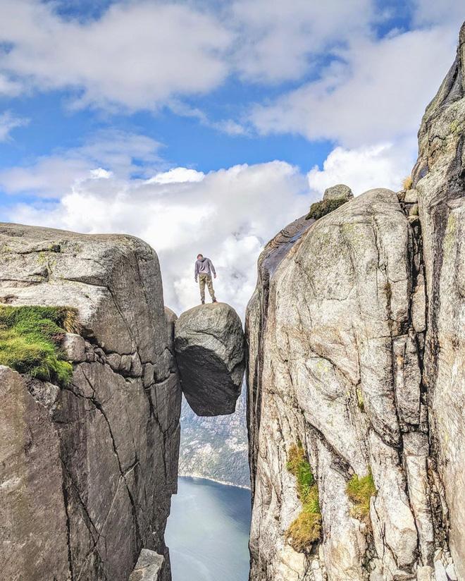 """Nữ du khách """"đánh cược tính mạng"""" sống ảo ở mỏm đá cheo leo giữa 2 vách núi, xem clip thôi mà thấy rợn cả người - Ảnh 6."""