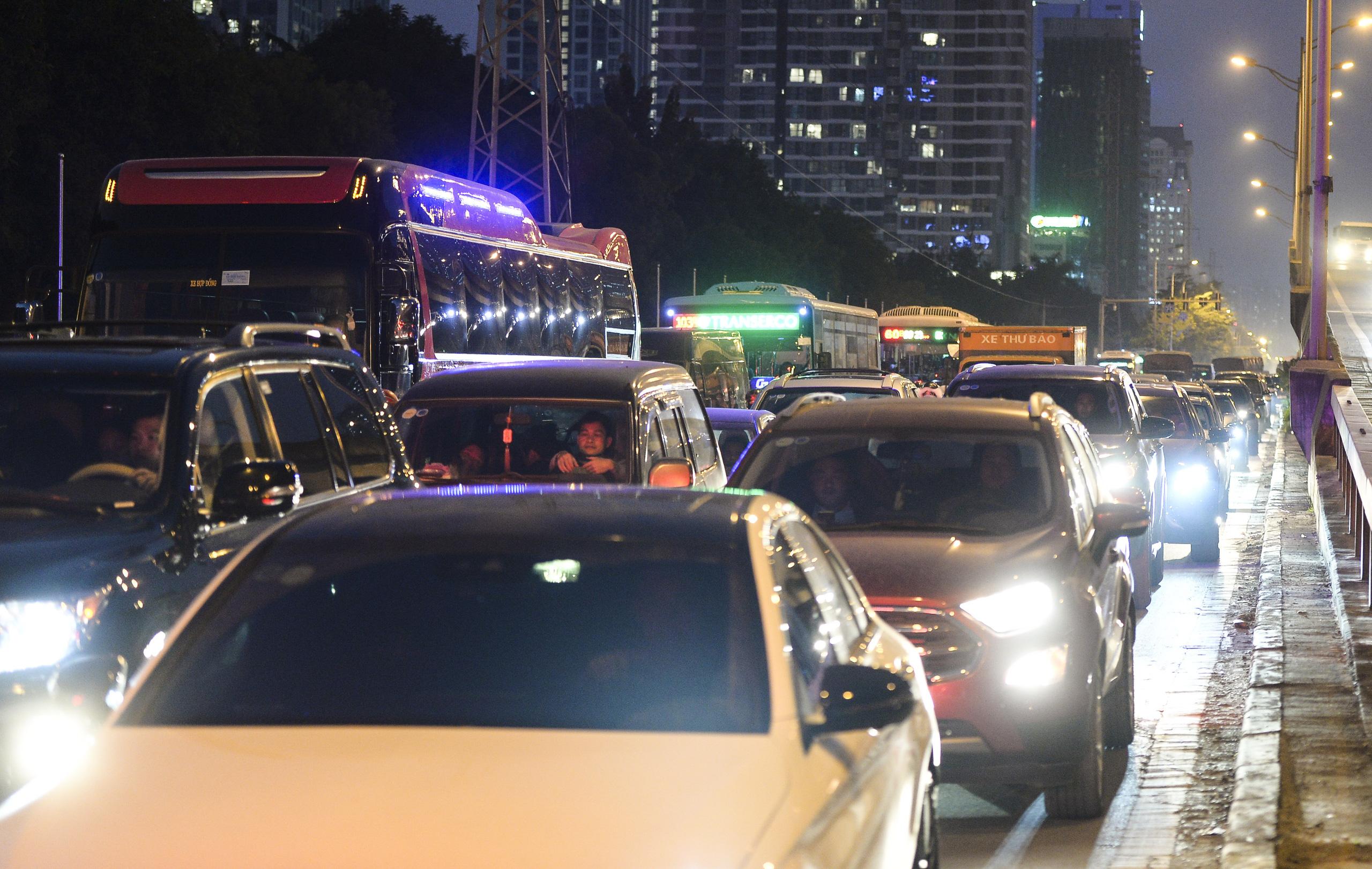 Chùm ảnh đường phố Hà Nội đông kín người từ chiều đến tối ngày cuối năm 2020 - Ảnh 6.