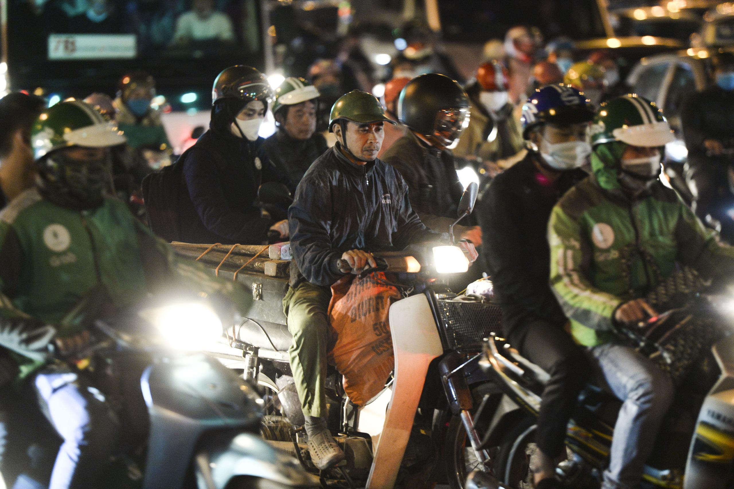 Chùm ảnh đường phố Hà Nội đông kín người từ chiều đến tối ngày cuối năm 2020 - Ảnh 5.