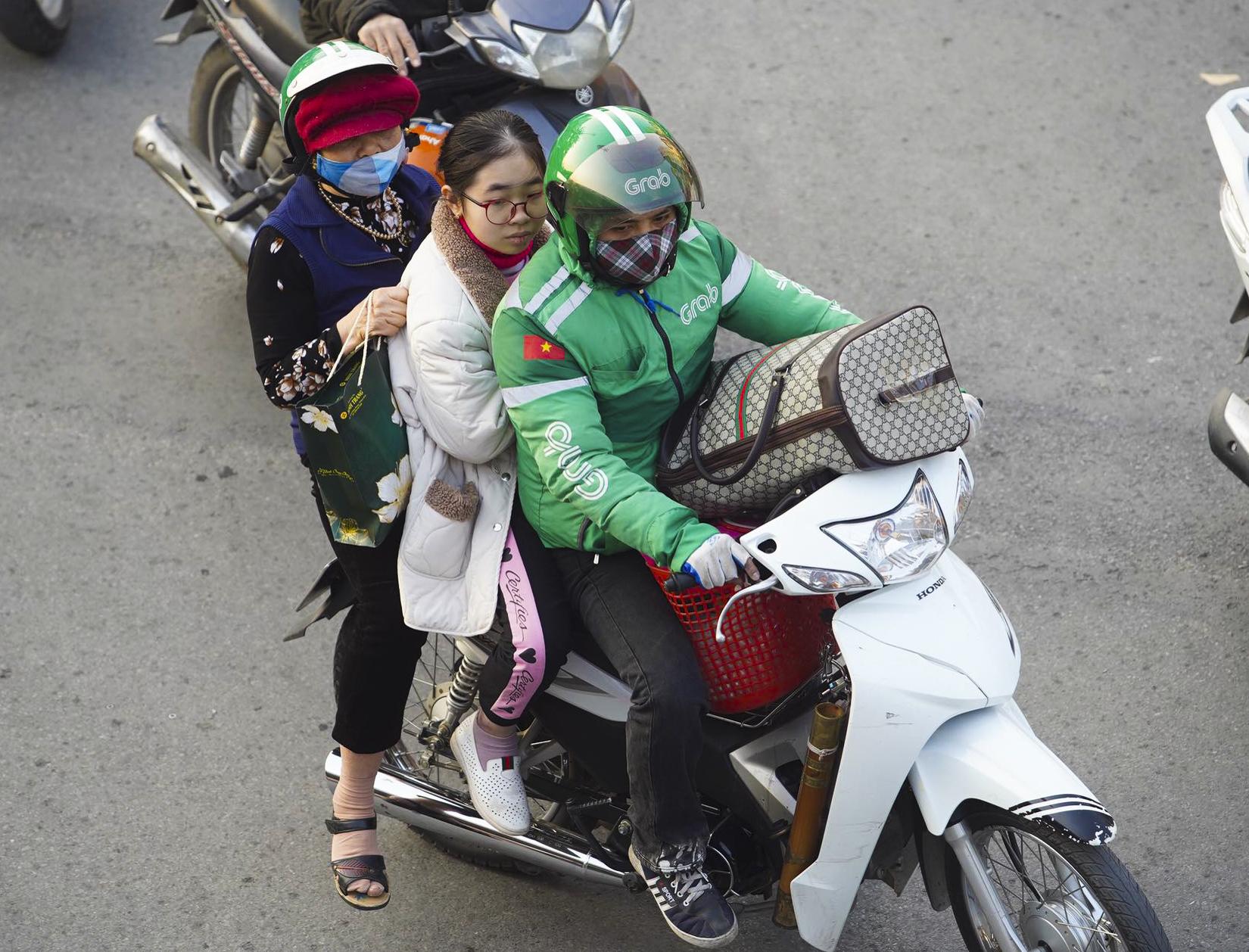 Chùm ảnh đường phố Hà Nội đông kín người từ chiều đến tối ngày cuối năm 2020 - Ảnh 3.