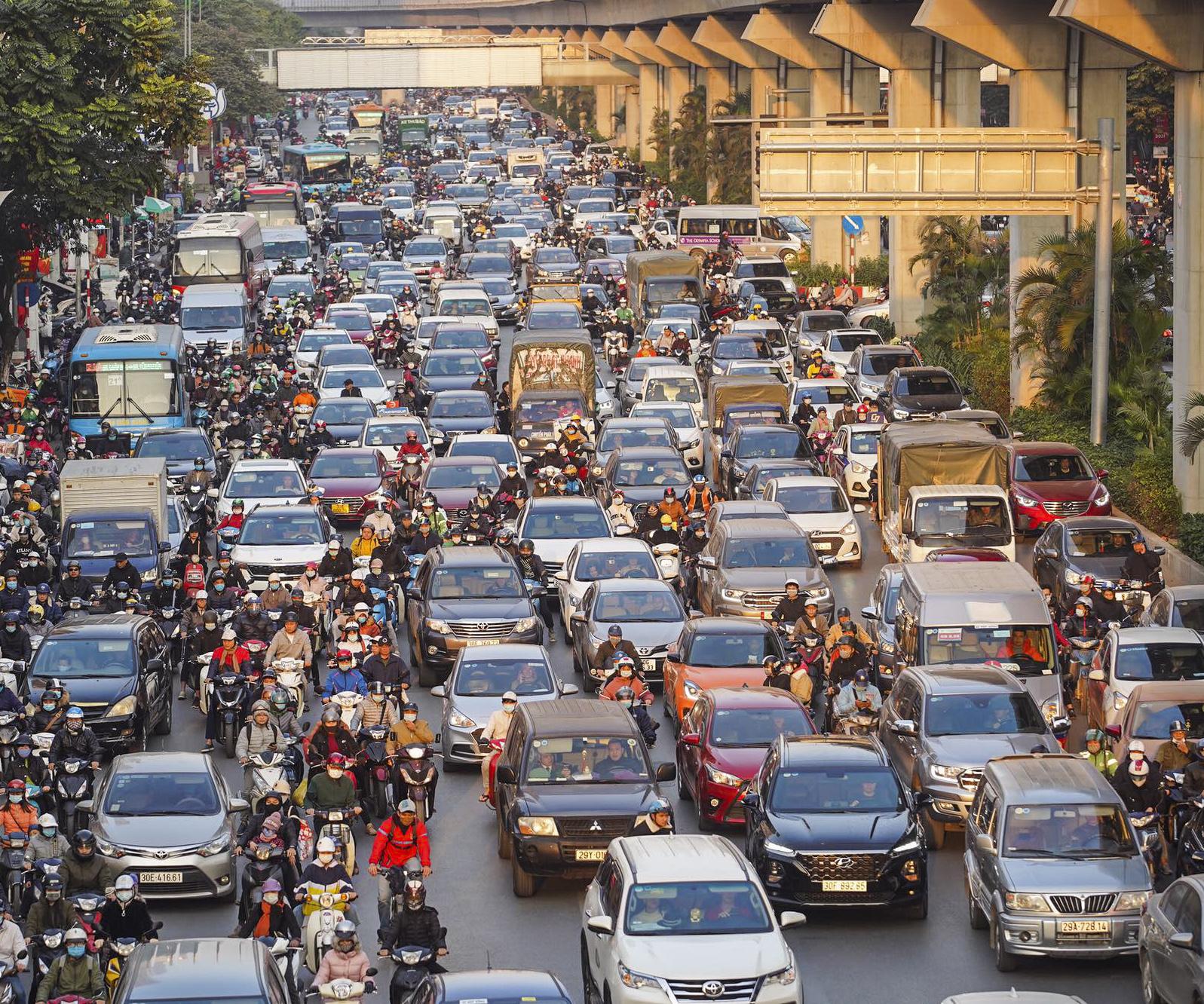Chùm ảnh đường phố Hà Nội đông kín người từ chiều đến tối ngày cuối năm 2020 - Ảnh 1.