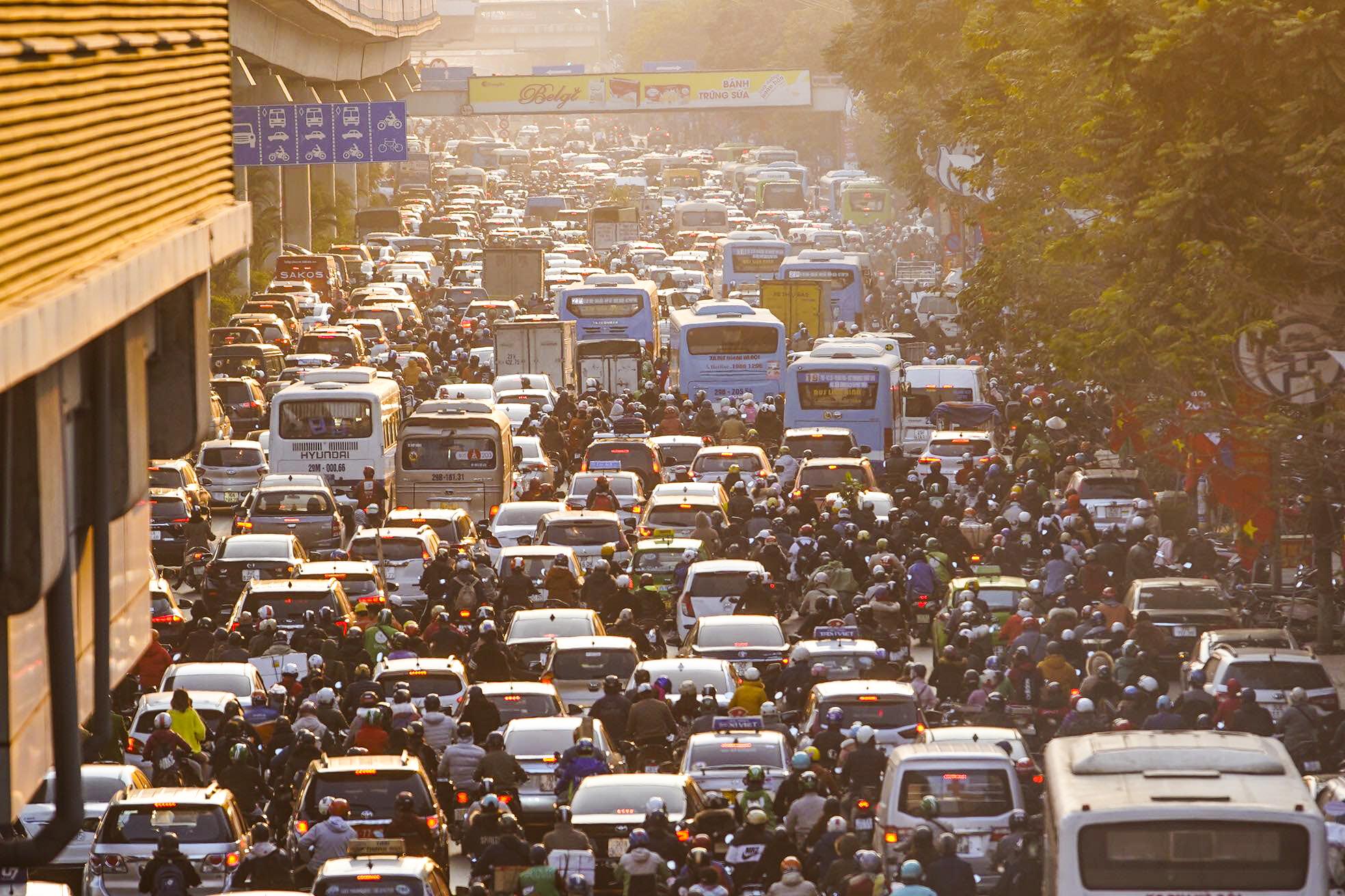 Chùm ảnh đường phố Hà Nội đông kín người từ chiều đến tối ngày cuối năm 2020 - Ảnh 2.