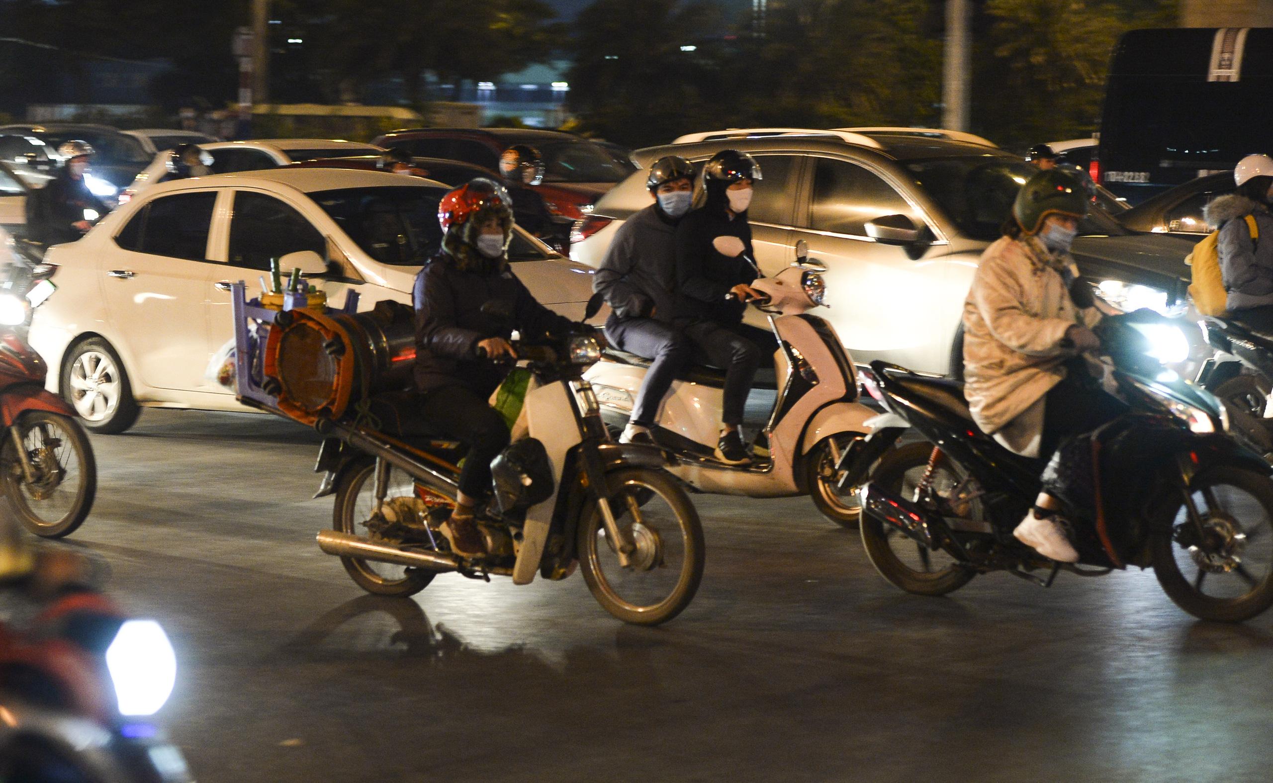 Chùm ảnh đường phố Hà Nội đông kín người từ chiều đến tối ngày cuối năm 2020 - Ảnh 4.