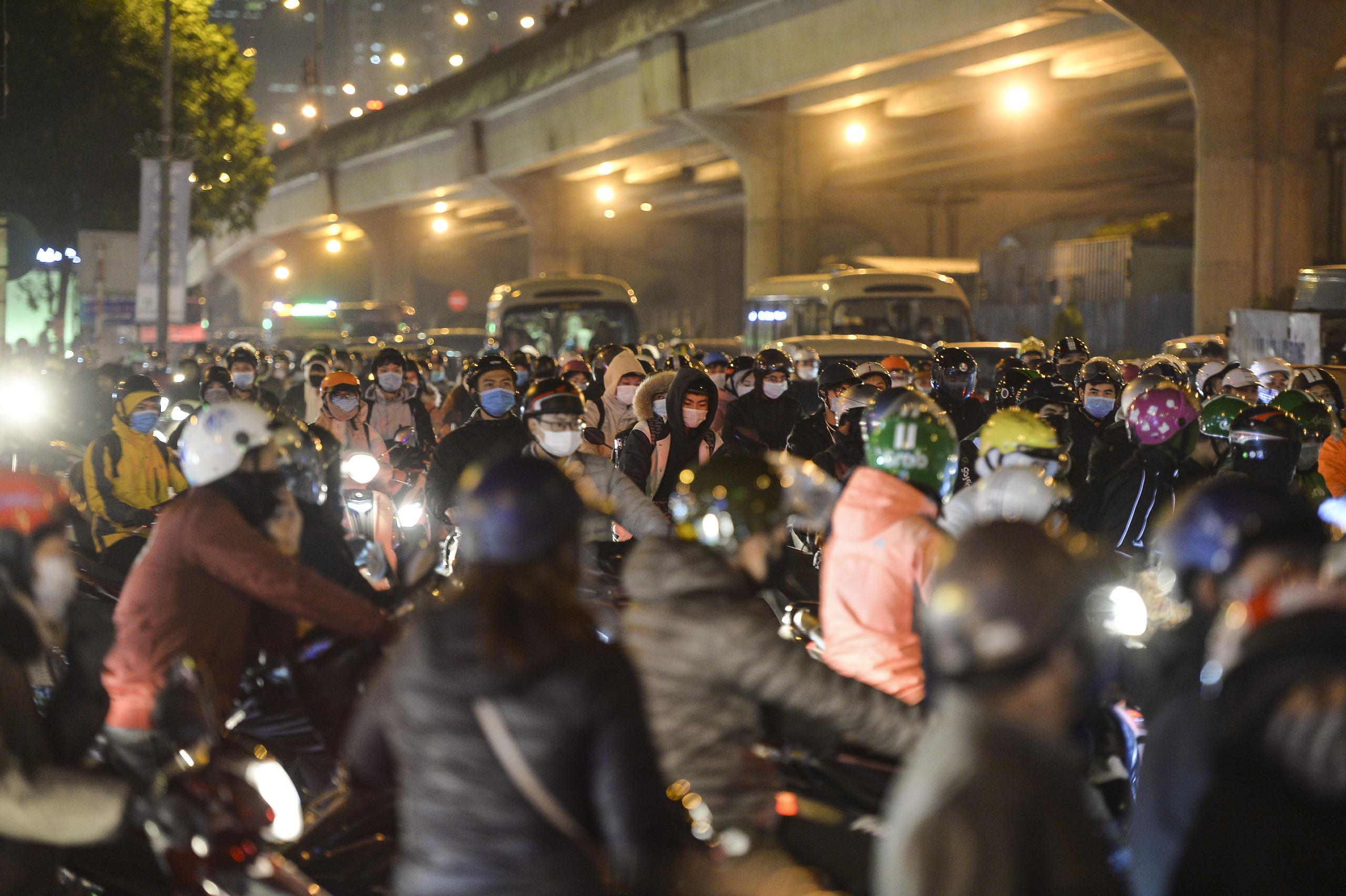 Chùm ảnh đường phố Hà Nội đông kín người từ chiều đến tối ngày cuối năm 2020 - Ảnh 8.