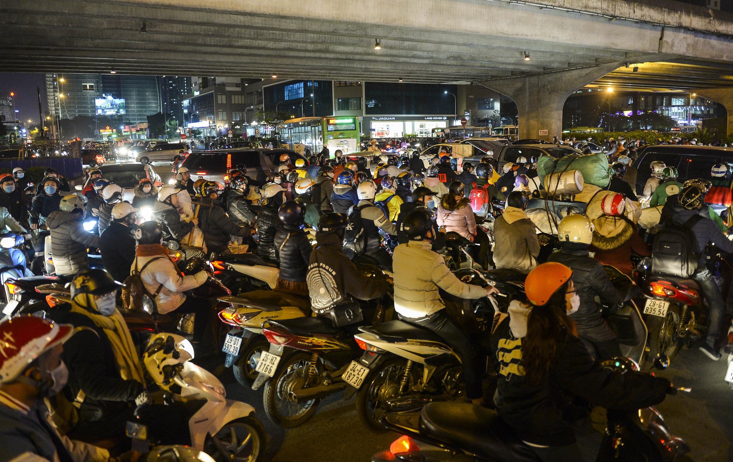 Chùm ảnh đường phố Hà Nội đông kín người từ chiều đến tối ngày cuối năm 2020 - Ảnh 7.