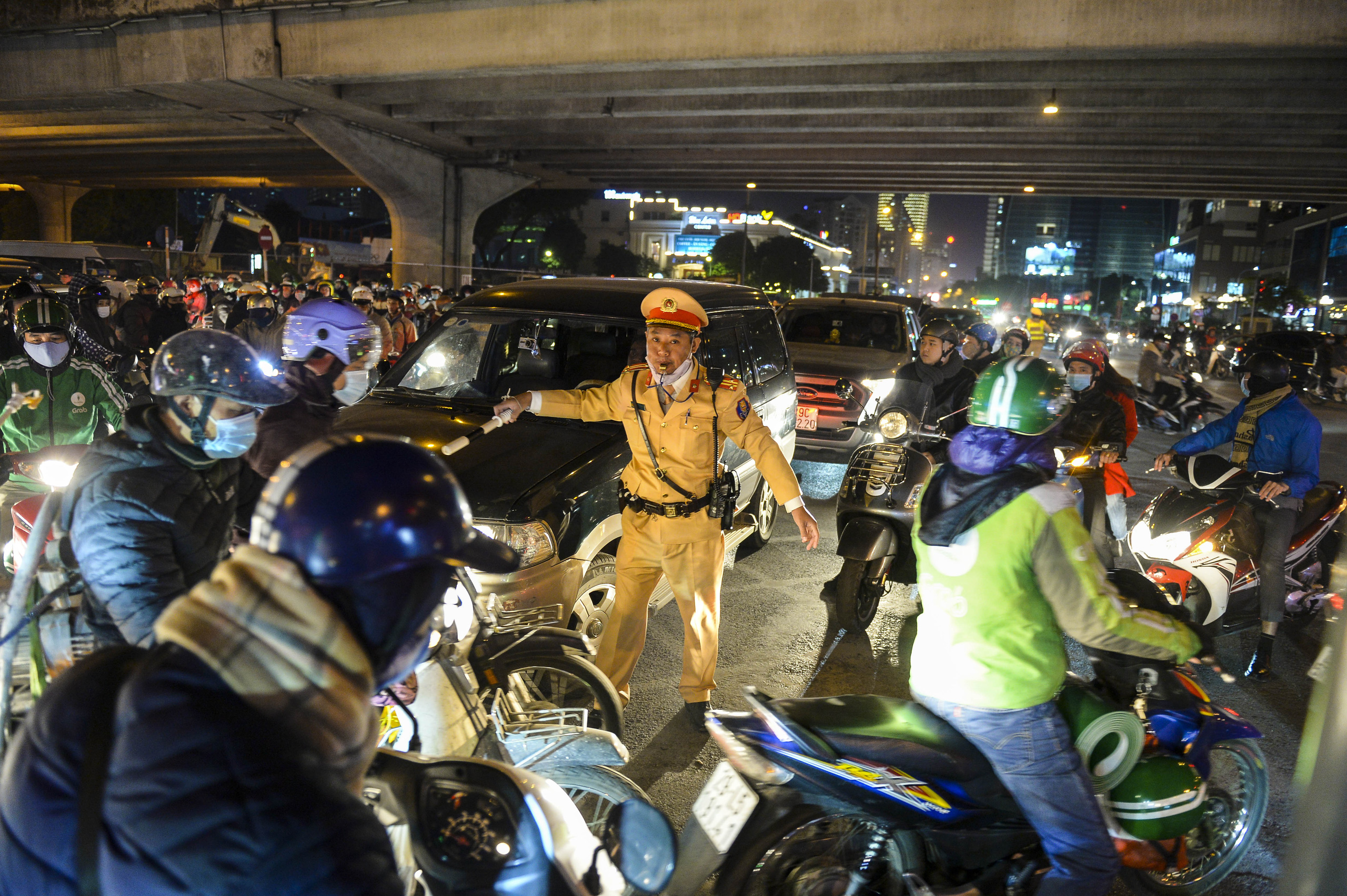 Chùm ảnh đường phố Hà Nội đông kín người từ chiều đến tối ngày cuối năm 2020 - Ảnh 9.