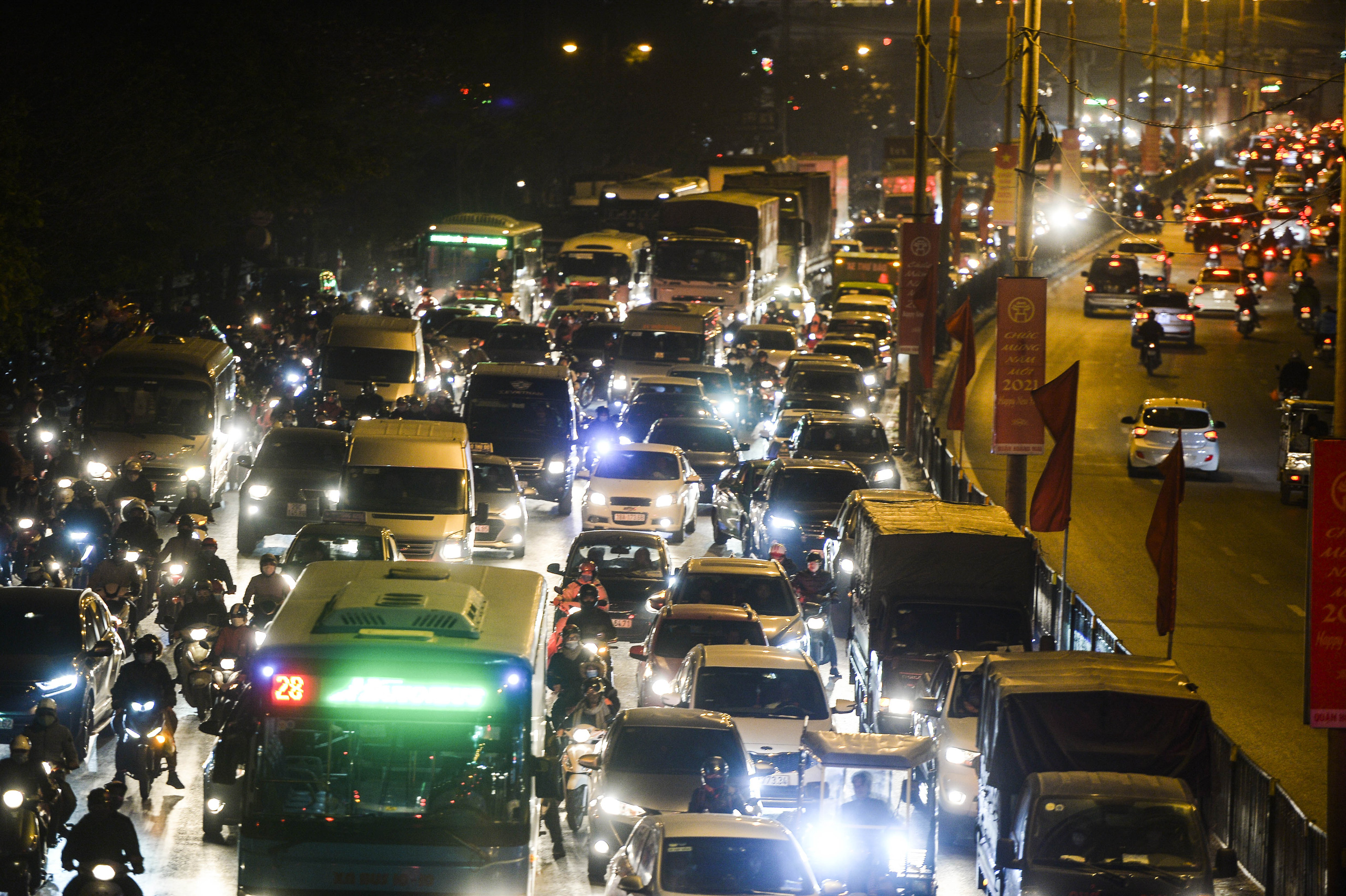 Chùm ảnh đường phố Hà Nội đông kín người từ chiều đến tối ngày cuối năm 2020 - Ảnh 10.