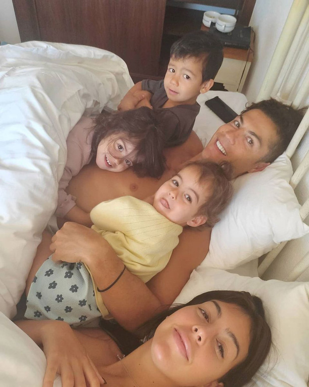 Bạn gái Ronaldo khoe trải nghiệm nằm trên chiếc giường trẻ mãi không già trị giá tiền tỷ: Cảm giác lâng lâng cứ như trên mây - Ảnh 2.