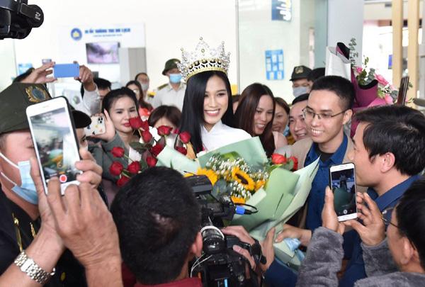 Hhen Niê, Đỗ Thị Hà:  2 Hoa hậu giỏi... làm ruộng được khen ngợi sau khi đăng quang - Ảnh 9.