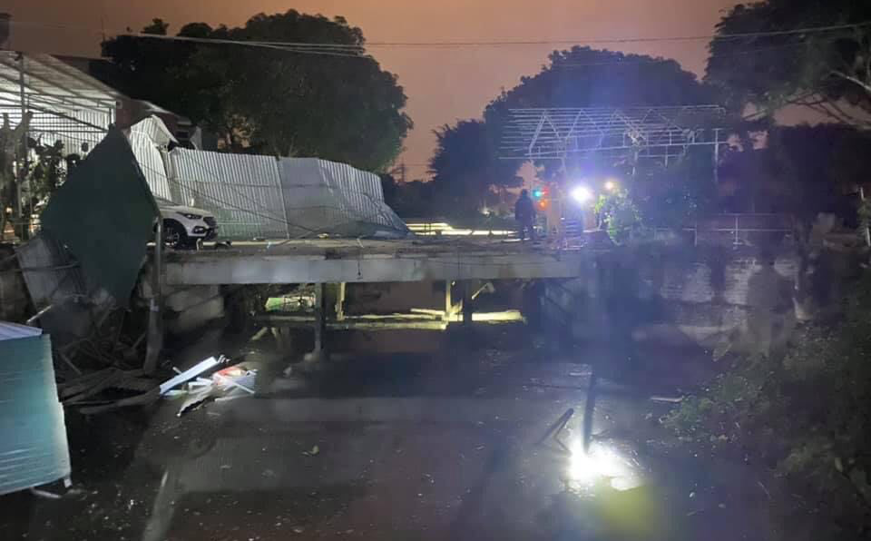 Xe Mercedes lao xuống kênh tưới tiêu, tài xế tử vong thương tâm