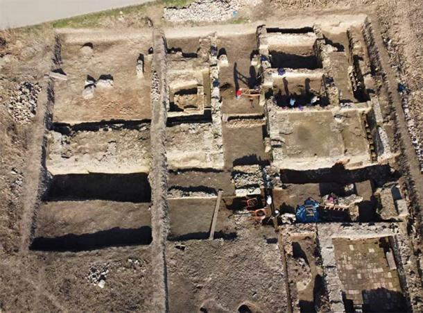 Pháo đài châu báu đột ngột xuất hiện dưới ruộng bắp - Ảnh 1.