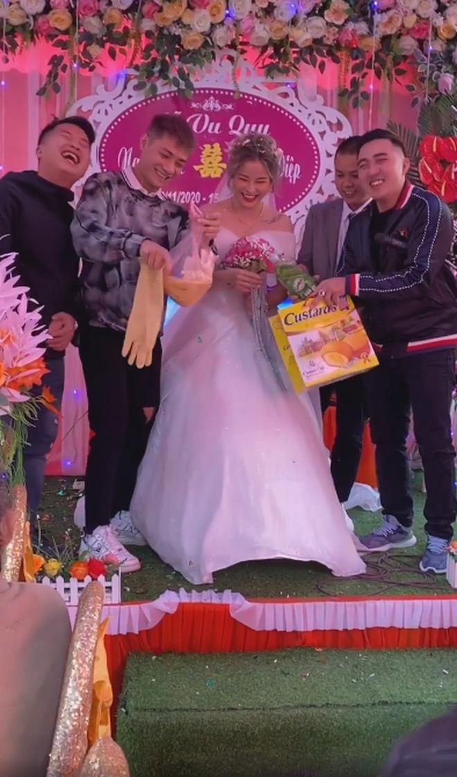 Clip cô dâu cười ngặt nghẽo trên sân khấu khi nhận quà cưới từ anh trai, dân mạng hài hước: Ban đầu tưởng máy rửa bát cơ chứ - Ảnh 2.