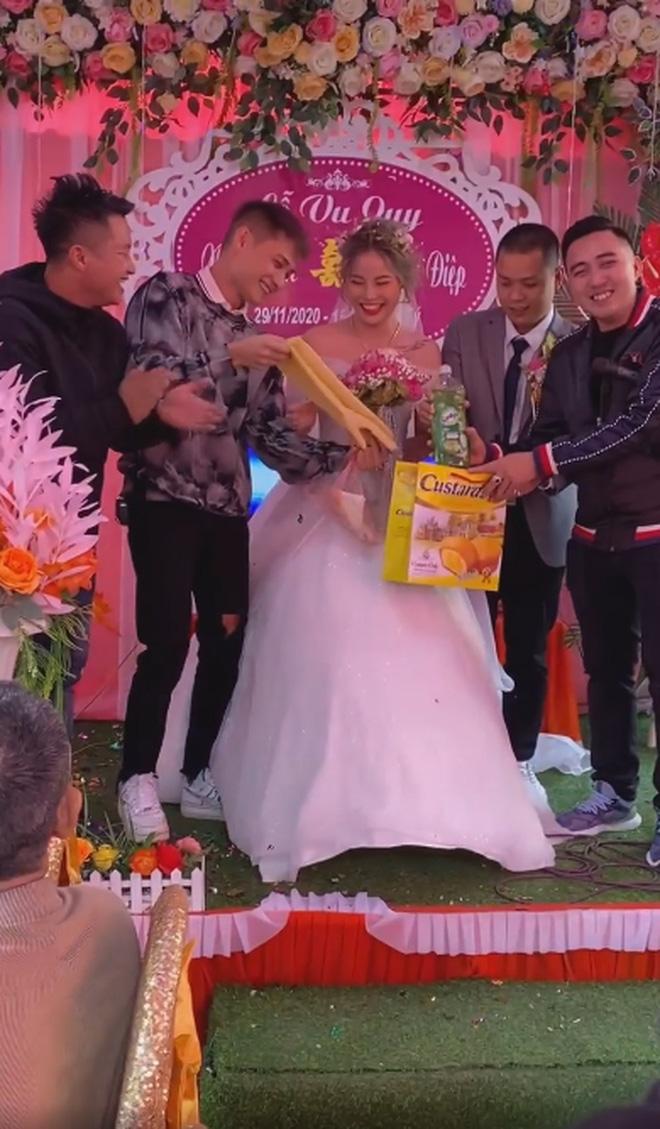Clip cô dâu cười ngặt nghẽo trên sân khấu khi nhận quà cưới từ anh trai, dân mạng hài hước: Ban đầu tưởng máy rửa bát cơ chứ - Ảnh 3.