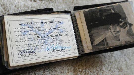 Hành trình ly kỳ của chiếc ví chứa đầy séc sau 54 năm lạc chủ - Ảnh 1.