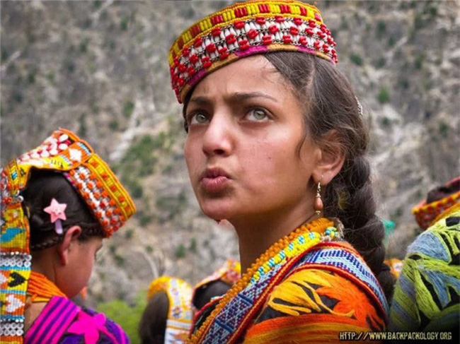 Kỳ lạ những bộ lạc sống tách biệt và bí ẩn trên thế giới - Ảnh 2.