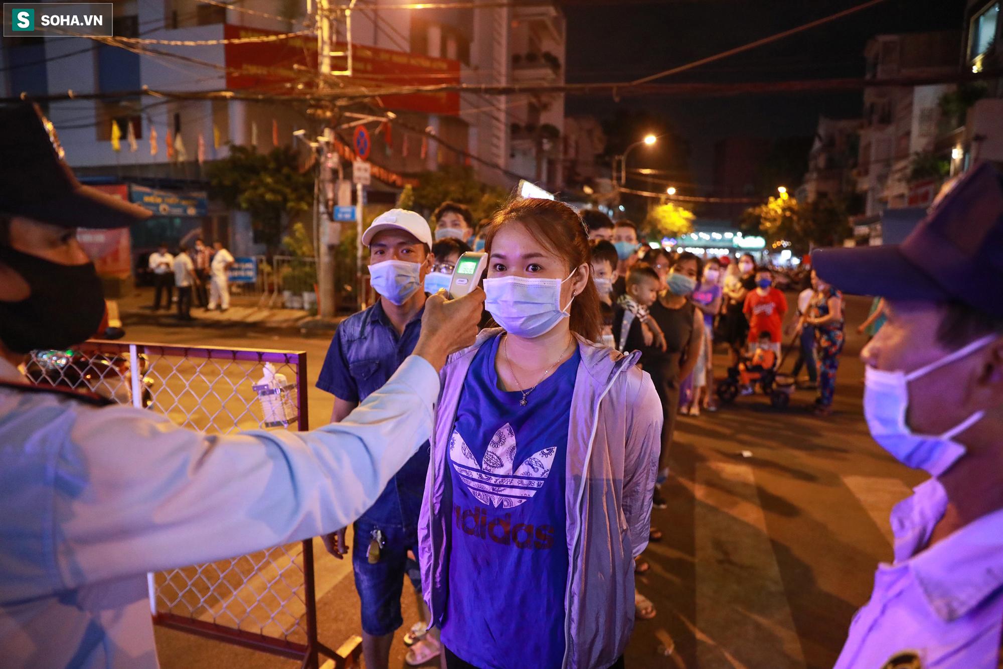 [Ảnh] Giởi trẻ xếp hàng chờ dài đo thân nhiệt để vào check-in khu phố đi bộ mới mở tại TP.HCM - Ảnh 3.