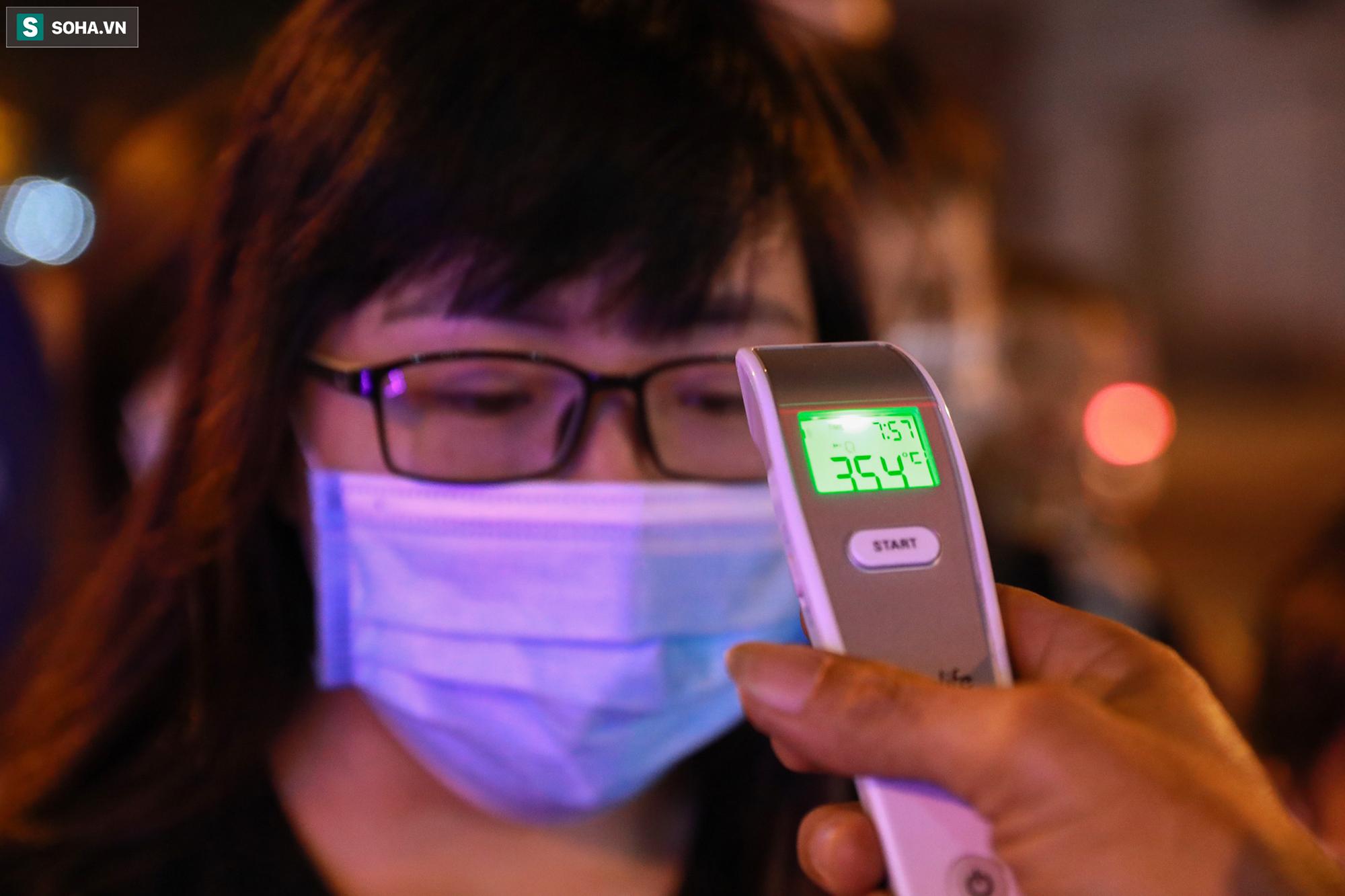 [Ảnh] Giởi trẻ xếp hàng chờ dài đo thân nhiệt để vào check-in khu phố đi bộ mới mở tại TP.HCM - Ảnh 5.
