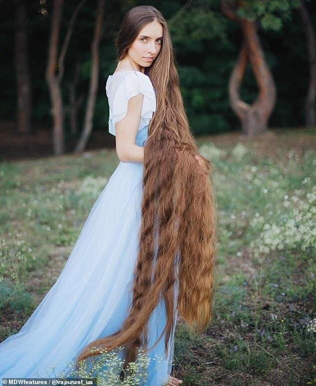 Mê mẩn trước suối tóc dài 1m8 của nàng Rapunzel ngoài đời thực - Ảnh 4.