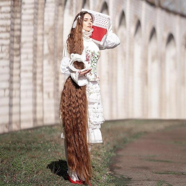 Mê mẩn trước suối tóc dài 1m8 của nàng Rapunzel ngoài đời thực - Ảnh 6.