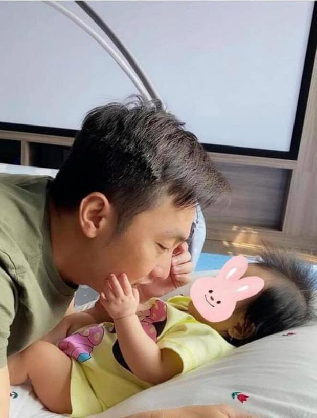 Đàm Thu Trang khoe ảnh toàn cảnh biệt thự bạc tỷ về đêm, dân tình chỉ mải nhìn khoảnh khắc cực tình của 2 vợ chồng - Ảnh 5.
