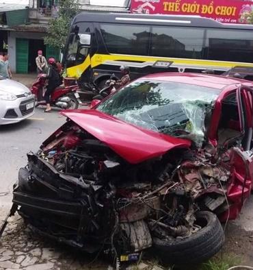 CLIP: Lấn làn, cướp đường xe khách, ô tô con bị đâm nát đầu, hình ảnh cuối cùng mới ám ảnh - Ảnh 2.