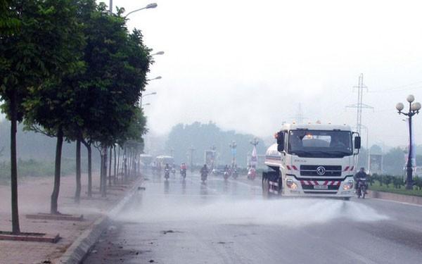 Nhiều ý kiến về việc chi hơn 100 tỷ đồng rửa đường ở Hà Nội - Ảnh 2.