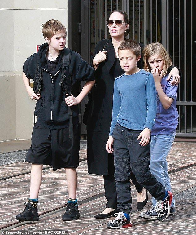 Câu chuyện về cô con gái ruột nhà Angelina Jolie và Brad Pitt: Sinh ra dưới ánh hào quang của cha mẹ nổi tiếng cho tới biểu tượng của cộng đồng LGBT - Ảnh 14.