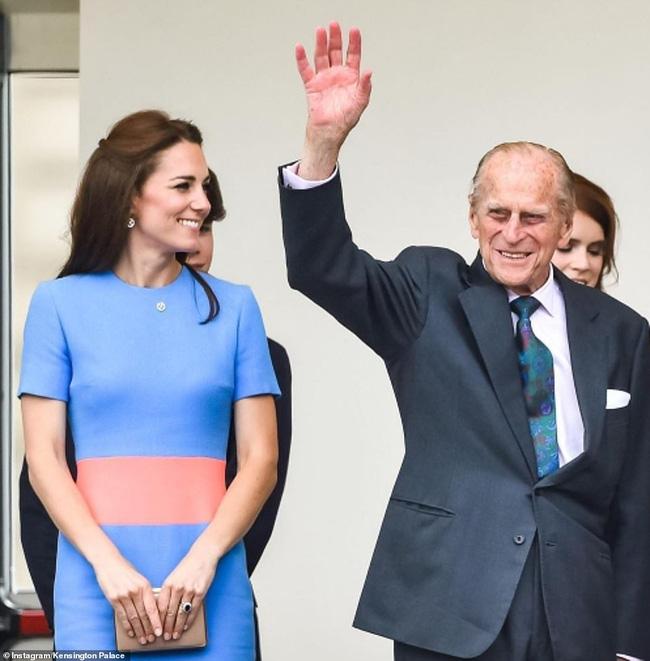 Meghan Markle im lặng, không một lời chúc trong ngày sinh nhật chồng Nữ hoàng Anh, hé lộ bí mật đằng sau mối quan hệ rạn nứt giữa hai người - Ảnh 2.