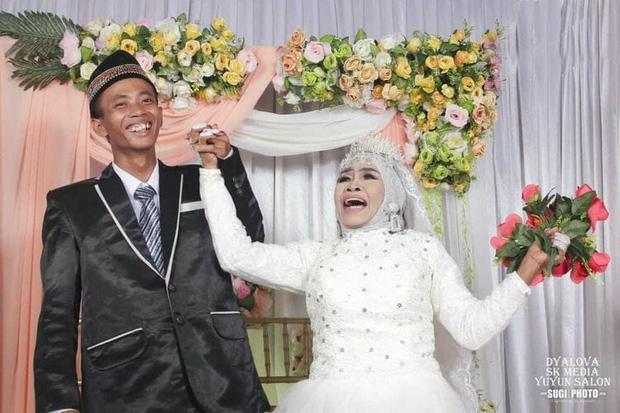 Sau gần một năm nhận thanh niên 24 tuổi làm con nuôi, người phụ nữ 65 tuổi đổi ý lấy anh làm chồng - Ảnh 1.