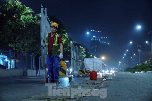 Trắng đêm tháo dỡ rào cứng trên đường đua F1 Hà Nội - Ảnh 4.
