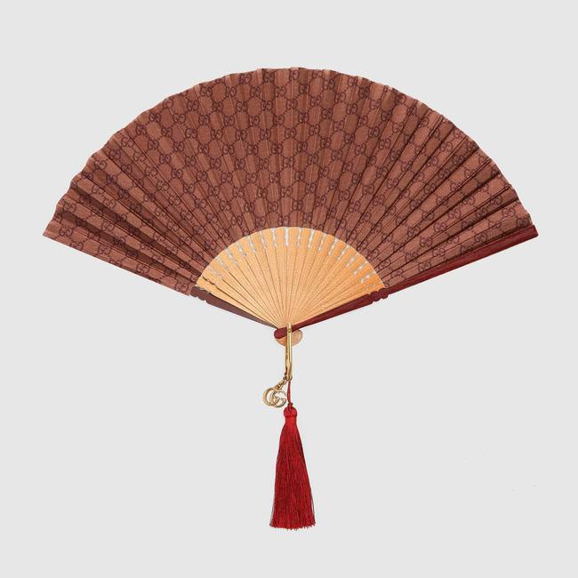 Mùa hè cũng lạnh gáy với chiếc quạt vải lụa cầm tay trị giá hơn 24 triệu đồng, thiết kế bao da bọc ngoài sang xịn - Ảnh 4.