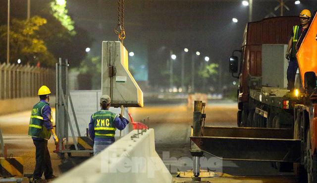Trắng đêm tháo dỡ rào cứng trên đường đua F1 Hà Nội - Ảnh 6.