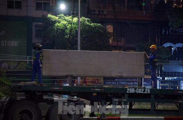 Trắng đêm tháo dỡ rào cứng trên đường đua F1 Hà Nội - Ảnh 7.
