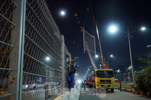 Trắng đêm tháo dỡ rào cứng trên đường đua F1 Hà Nội - Ảnh 9.