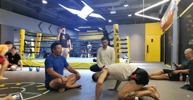 Quyền vương tán thủ làm võ lâm dậy sóng khi quỳ lạy võ sư Thái Cực sau trận đấu hi hữu - Ảnh 1.