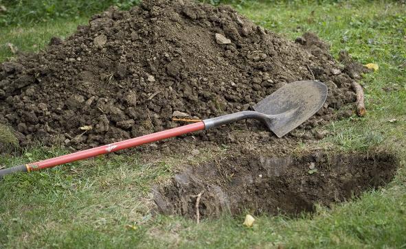 Định đào huyệt chôn cha già, người đàn ông bất ngờ gặp sự cố khiến anh chết lặng vì sợ hãi - Ảnh 2.