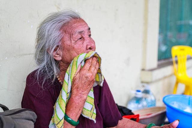 5 thập kỷ gắn bó với vỉa hè Hà Nội của bà cụ 80 tuổi: Chẳng sợ bom rơi thì giờ ngại gì nắng mưa - Ảnh 11.