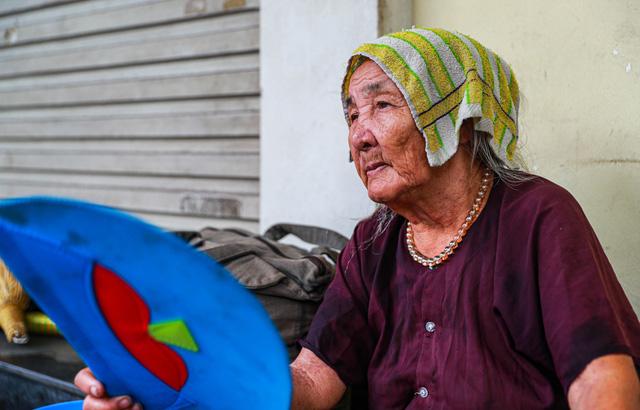 5 thập kỷ gắn bó với vỉa hè Hà Nội của bà cụ 80 tuổi: Chẳng sợ bom rơi thì giờ ngại gì nắng mưa - Ảnh 12.